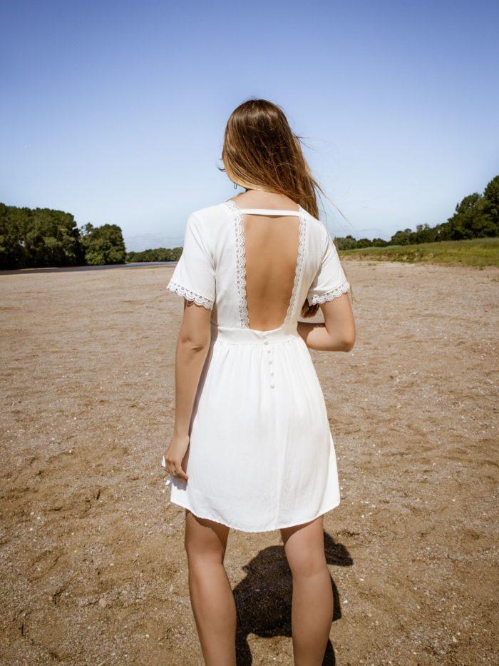 Robe courte blanche dos nu